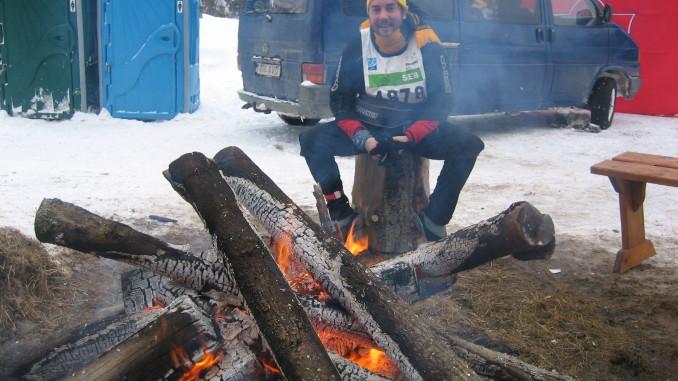 Roald elu esimesel Tartu maratonil Hellenurme teeninduspunktis. 10 kilomeetrit on veel minna. Foto autor on Tartu maratoni peakorraldaja Indrek Kelk.