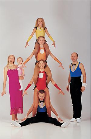Vaherite kokkuhoidev pere, 10-aastane Endla on kollases foto: Jarek Jõepera