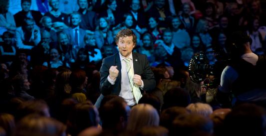 """Oma sünnipäeval 7. mail 2010 oli Jaak etenduses """"Ühtne Eesti Suurkogu"""" pea kolmveerand tundi ligi 7000 inimese ees üksi laval. Foto NO99."""