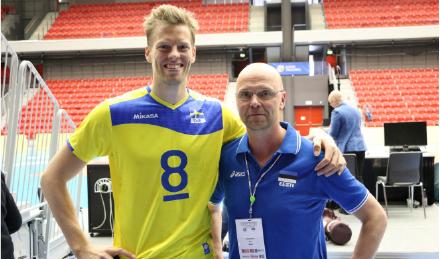 Eesti koondis alistas kevadel Rootsi ja pääses EM-turniirile. Pildil on Toomas Vara koos Rootsi staari Marcus Nilssoniga Foto: Volley.ee