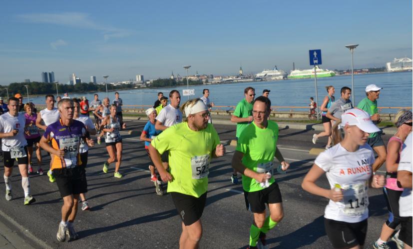 Contra lõbusalt kulgemas SEB Tallinna Maratonil foto Raid Vellerind/Sportfoto.com