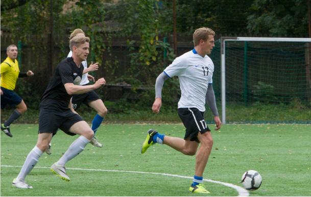 Jalgpalliplatsil eelistab Juss mängida keskväljal. Foto on tehtud Eesti ja Soome näitlejate sõpruskohtumise ajal. Foto Teet Malsroos/Õhtuleht
