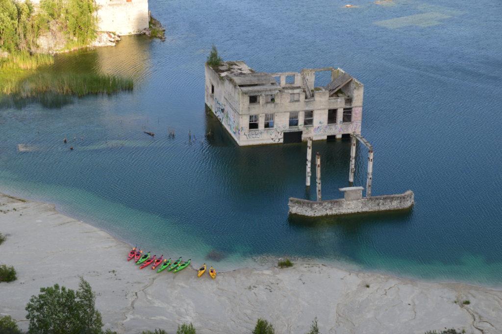 Vaade Rummu järvele, mille ääres süstad on matkajaid ootamas.