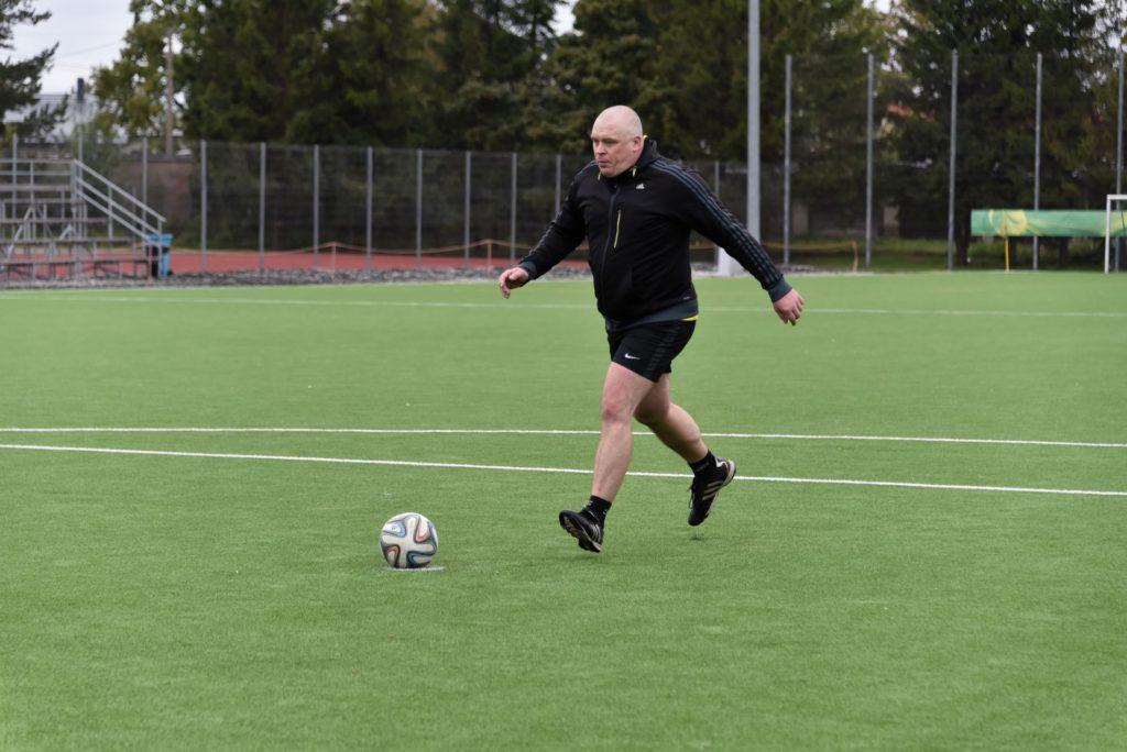 Tarvo sügisel toimunud jalgpallimatšis Rakvere Linnavalitsusega penaltit realiseerimas. Foto erakogu