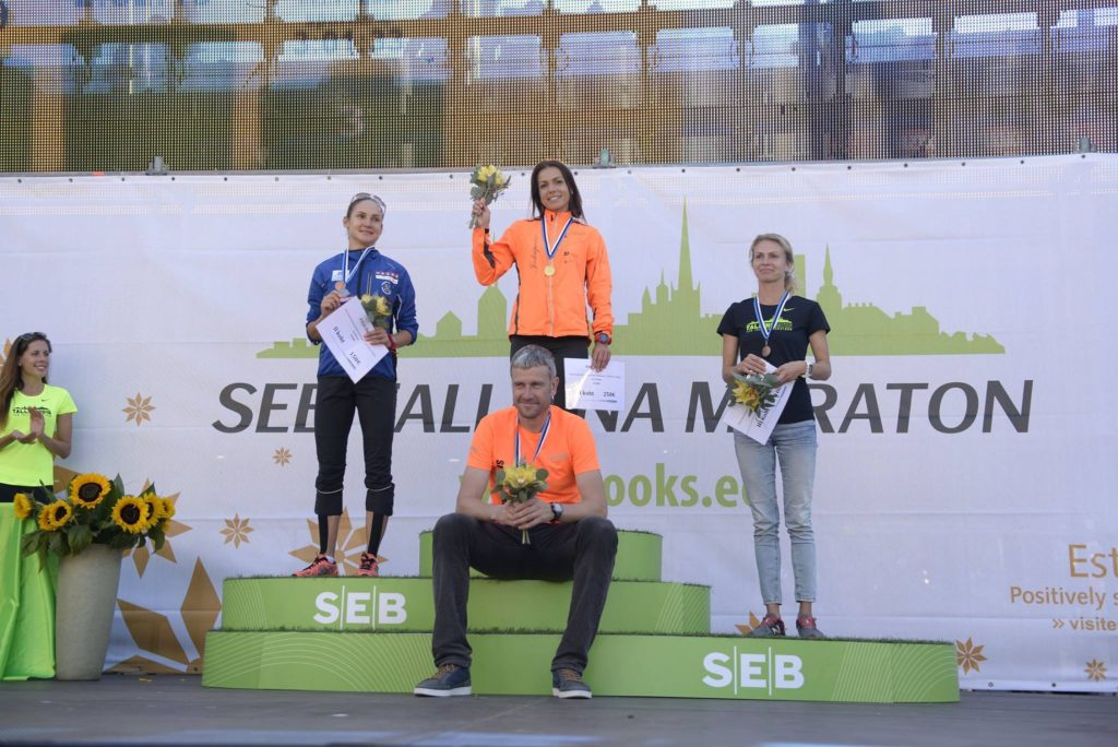 Einar ja edukaim õpilane Moonika Pilli SEB Tallinna maratoni pjedestaalil