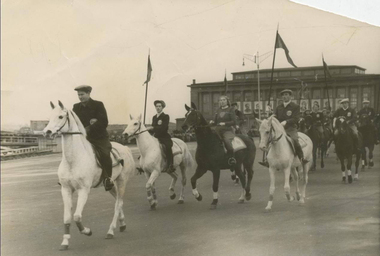 Fred Kudu Tartu ülikooli ratsasportlaste rongkäigu eesotsas (1948−1949).