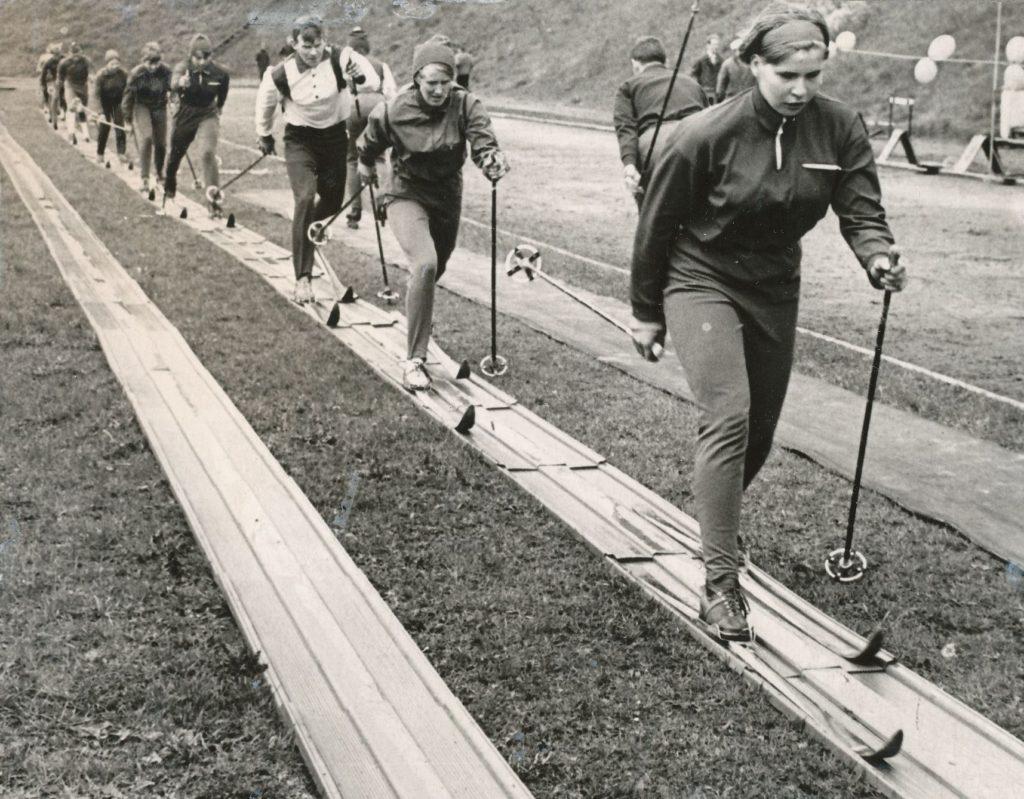 Plastikrada TRÜ staadionil 1969, ees Ann Karu, Ingrid Mägar, Arvo Kütt.