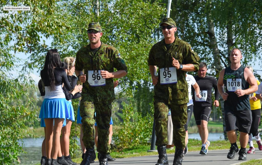 Kaspar Taimsoo ja Allar Raja aastal 2014 Pärnus kodulinnas Jüri Jaansoni kahe silla jooksul. Foto: Riho Lüüs / Sportfoto.com