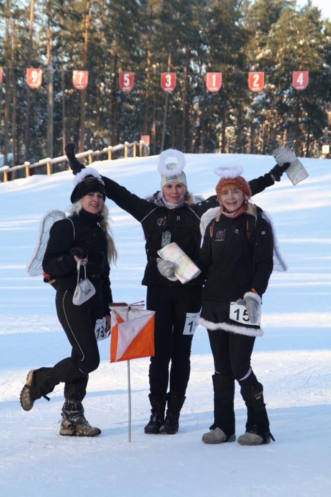 Winter Xdream finiš (startides oli õues -29 kraadi). Tegu on Vahuri Inglite võistkonnaga, kellega Epp on samas kostüümis koos võistlemas käinud alates 2007. aastast. Teised inglid on Helen Virro ja Merike Õun, kes õpetasid Epu suusatama.