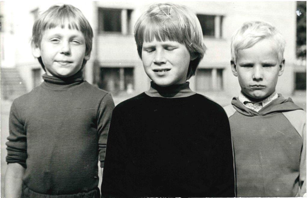 Spordipäev, sügis 1982. Autasustamine. I klassi pallivikse täpsusvõistluse võitja on keskel.Foto erakogu