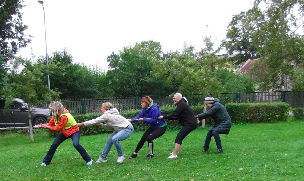 Sirje Reinike õpetjate spordipäeval (paremalt teine). Foto erakogu