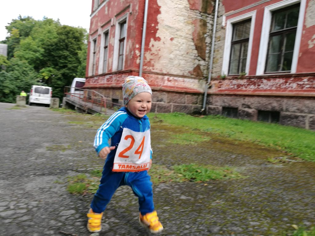 Pildil Ela poeg Argen Porkuni järve lastejooksul. Foto erakogu