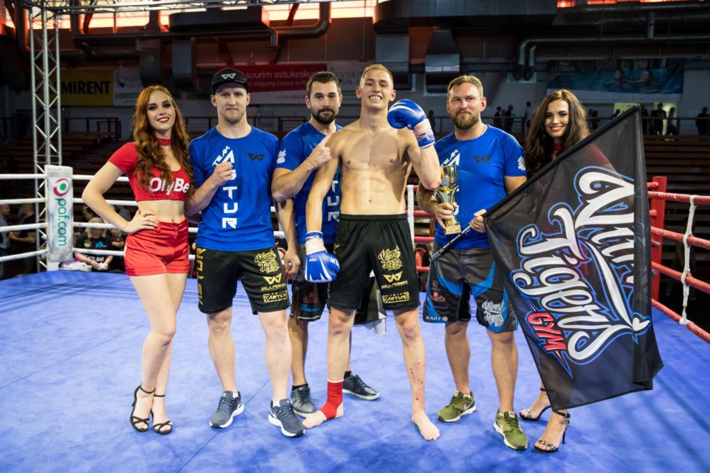 Maikel Astur (keskel kinnastega) koos Viimsi Tigers Gym treeneritega