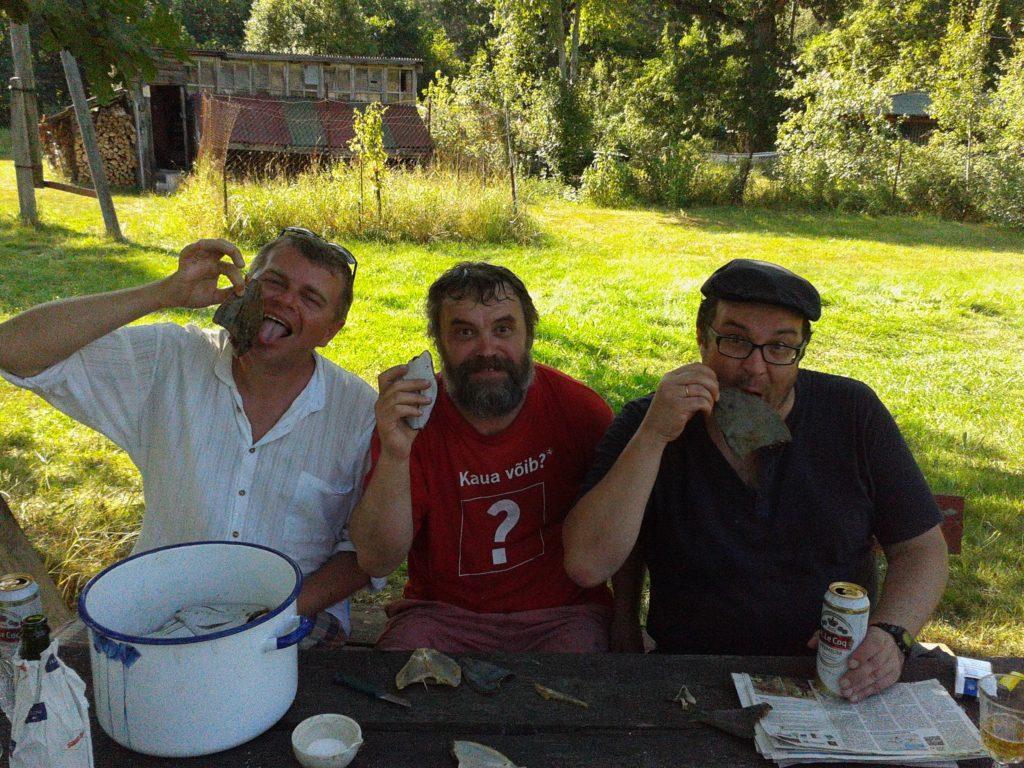 Andrus Kivirähk ja Mart Soidro loo kangelase püütud lesta maitsmas