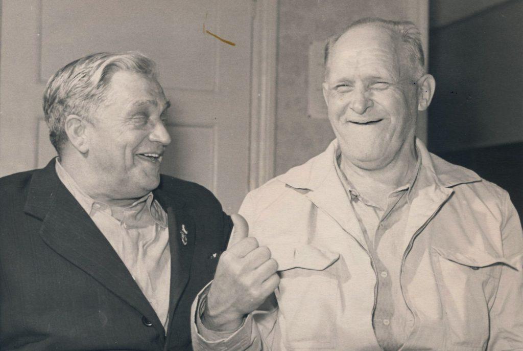 Vanad tõstesportlased jutuhoos. Alfred Neuland (vasakul) ja Arnold Luhaäär võitsid kahepeale neli olümpiamedalit.