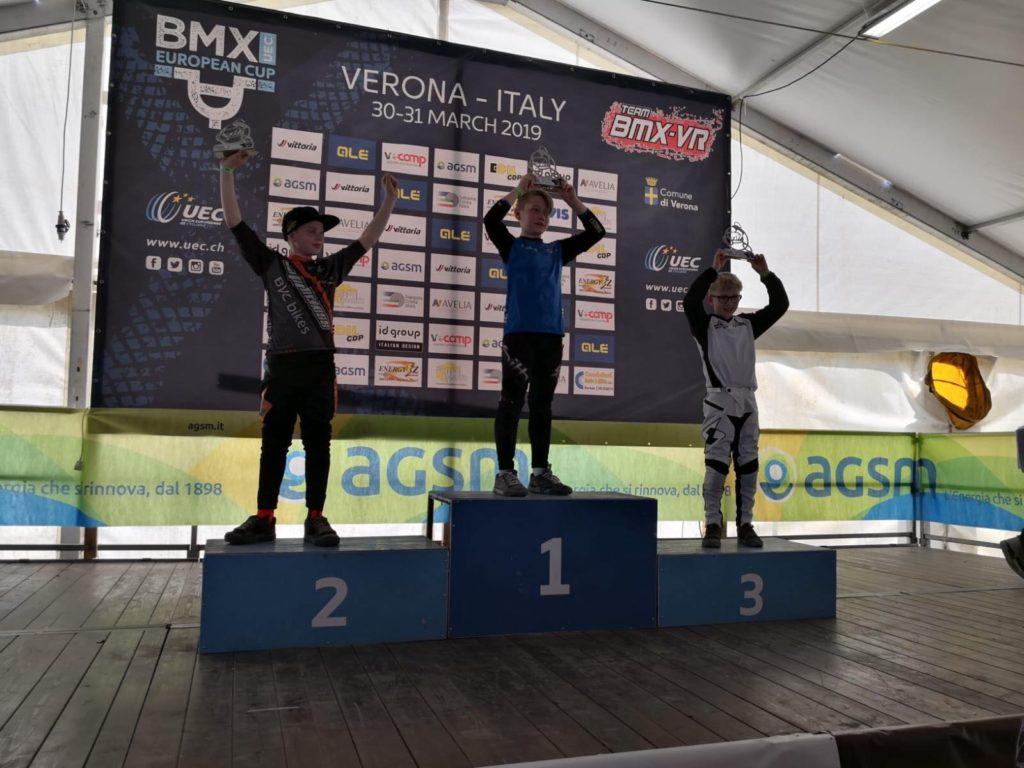 Euroopa karikaasarja 2. etapi B11 vanuseklassi autasustamine. Esikohal Eestit esindanud Sten Tristan Raid.