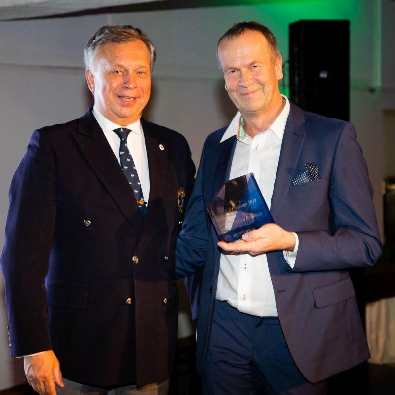 Aasta purjetaja 2019 Uku Randmaa (fotol paremal) ja Eesti Jahtklubide Liidu president Egon Elstein