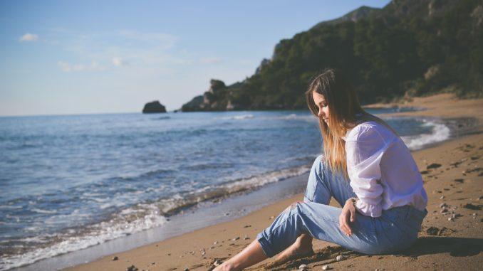 Tüdruk mere ääres