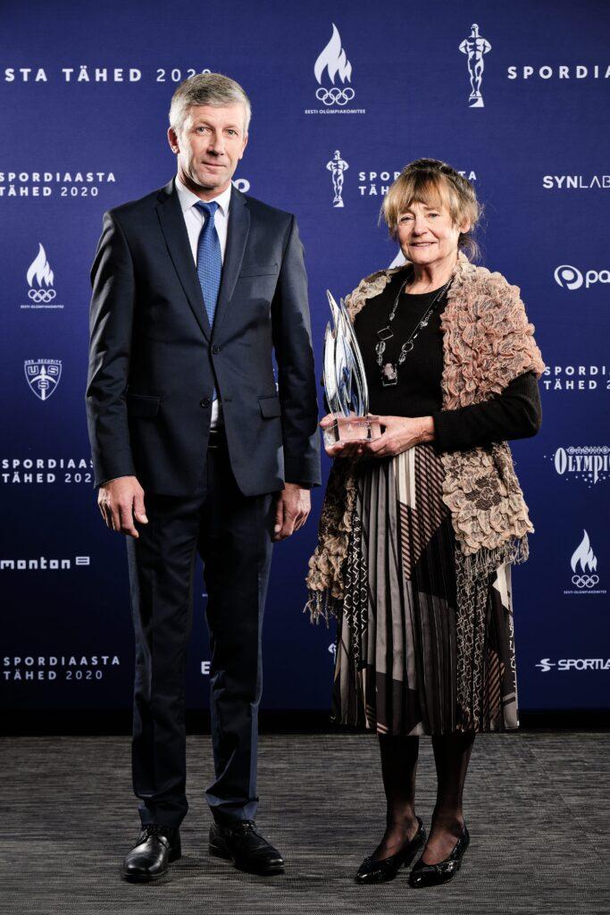 Auhinna andis Sirjele üle ratsutaja Rein Pill